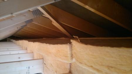 Fästa isolering i tak