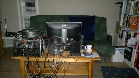 Litt provisorisk PC-bord i ene enden av stuen. ;-) Tror nok ikke det blir en permanent løsning, nei...