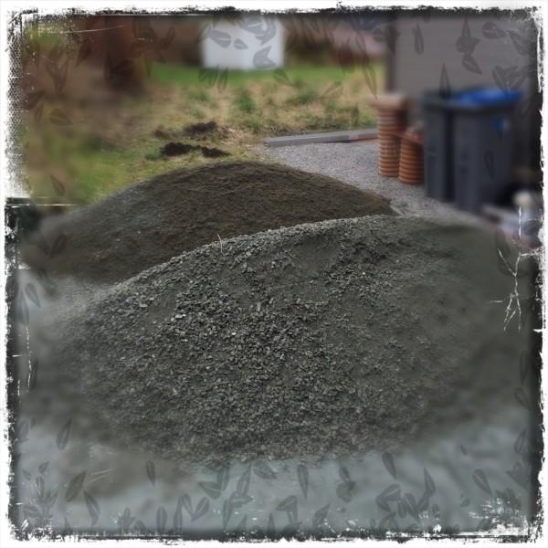 To tonn grus og to tonn sand klar til å blande ned i jorden :-P .