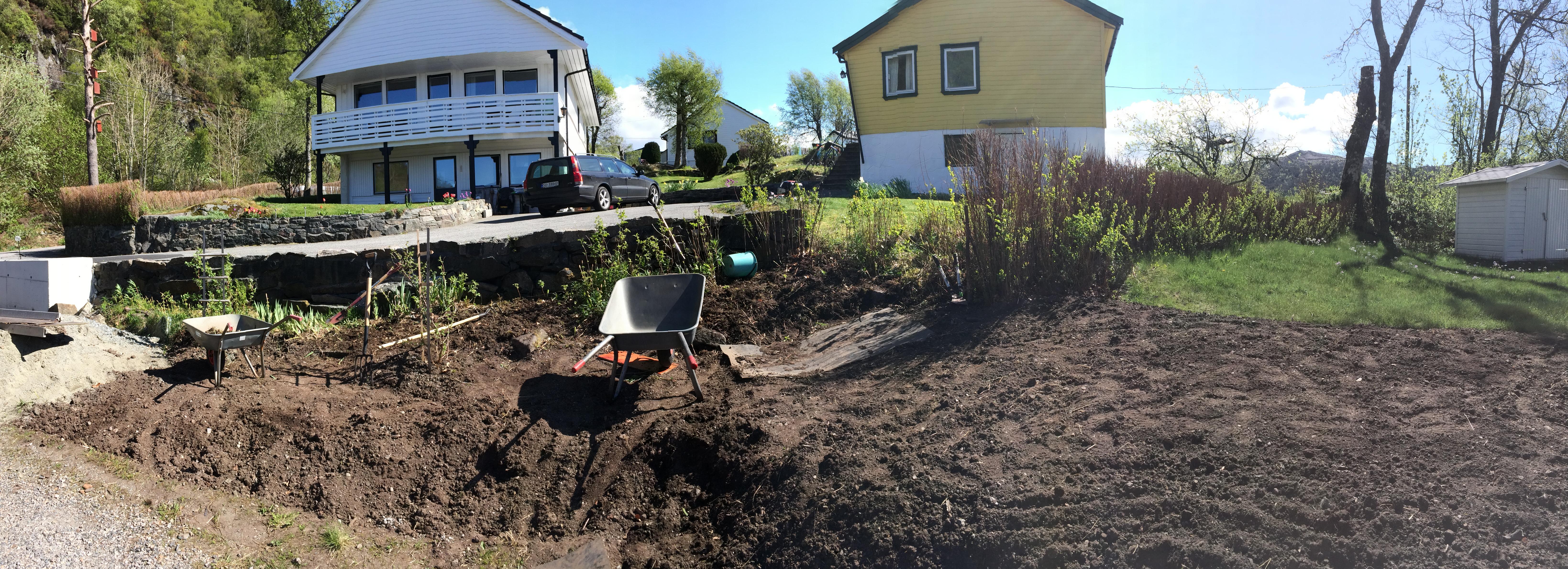 Vi fjernet ganske mye ugress og sånt inn mot naboene, der hadde ting tatt litt overhånd :-P .