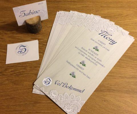 Bryllupsdesign med monogram og bordkort